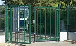 Portail acier à deux vantaux idéalement conçu pour les applications nécessitant un niveau de sécurité important, comme les écoles
