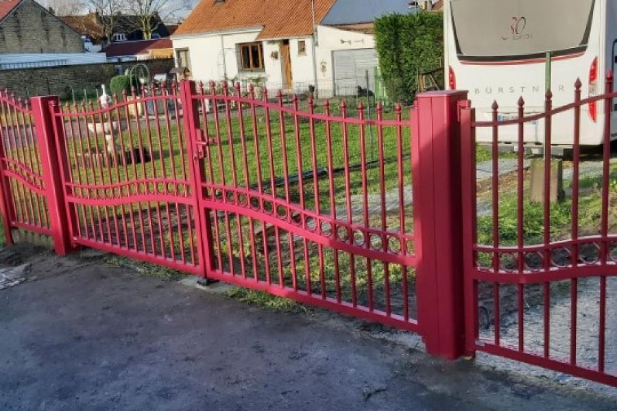 portail aluminium CADIOU  style fer forgé  couleur rouge pourpre